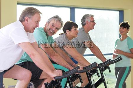 gruppo di anziani che utilizzano bici