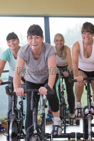 donne senior che utilizzano biciclette da