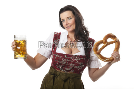 bayerische frau in einem dirndl