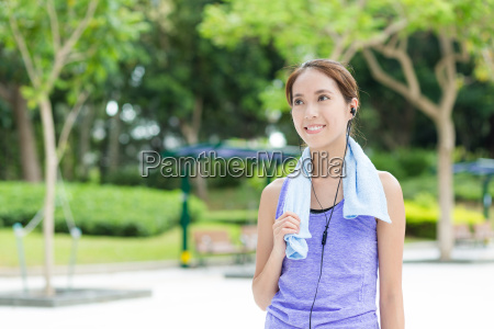 woman listen to music after doing