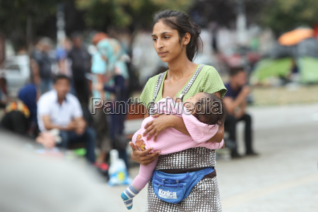 syrian refugee woman with child in