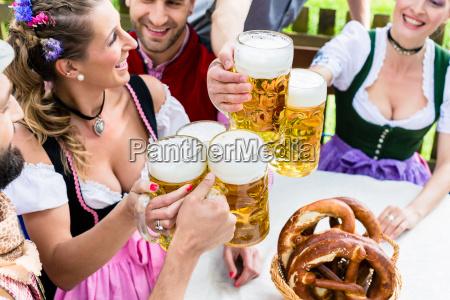 masskruege und brezn in biergarten bayern