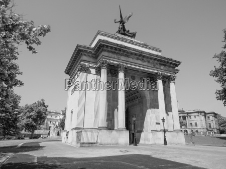 black and white wellington arch in