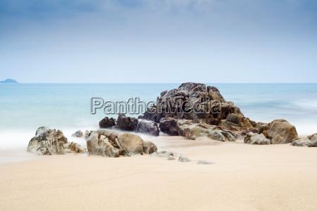 rocce e mare sulla spiaggia di