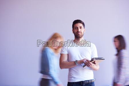 estudiante trabajando en tableta grupo de