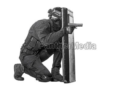 swat, officer, with, ballistic, shield - 14947483