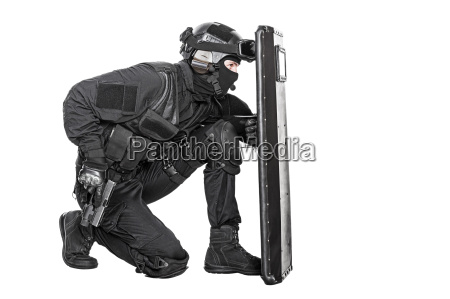 swat, officer, with, ballistic, shield - 14947491