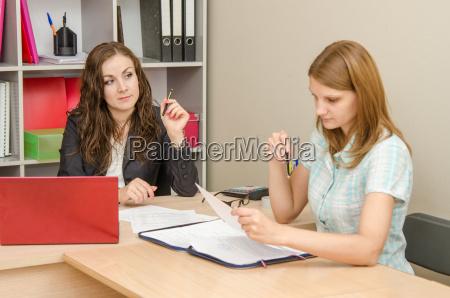 office specialist looks reproachfully at poetitelya