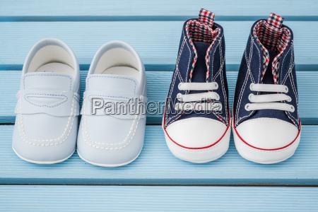para ciemnoniebieski bialy trampki dla niemowlat
