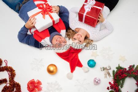 pares encantadores do natal que encontra