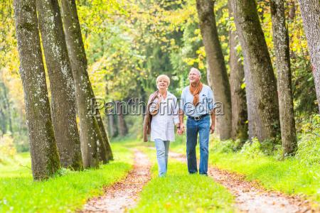 senior mann und frau halten hand
