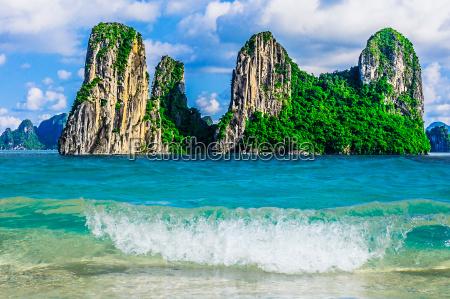 mountain islands in halong bay