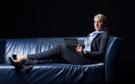 businessfrau auf einer couch