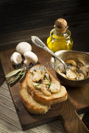 svampe sauce med brod