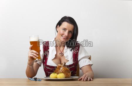 bayerische frau mit gebratener schweinshaxe