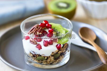 granola con yogur griego kiwi y