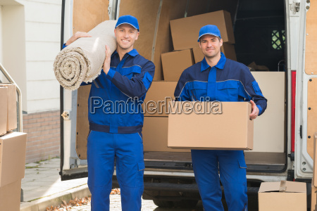 happy delivery hombres que llevan caja