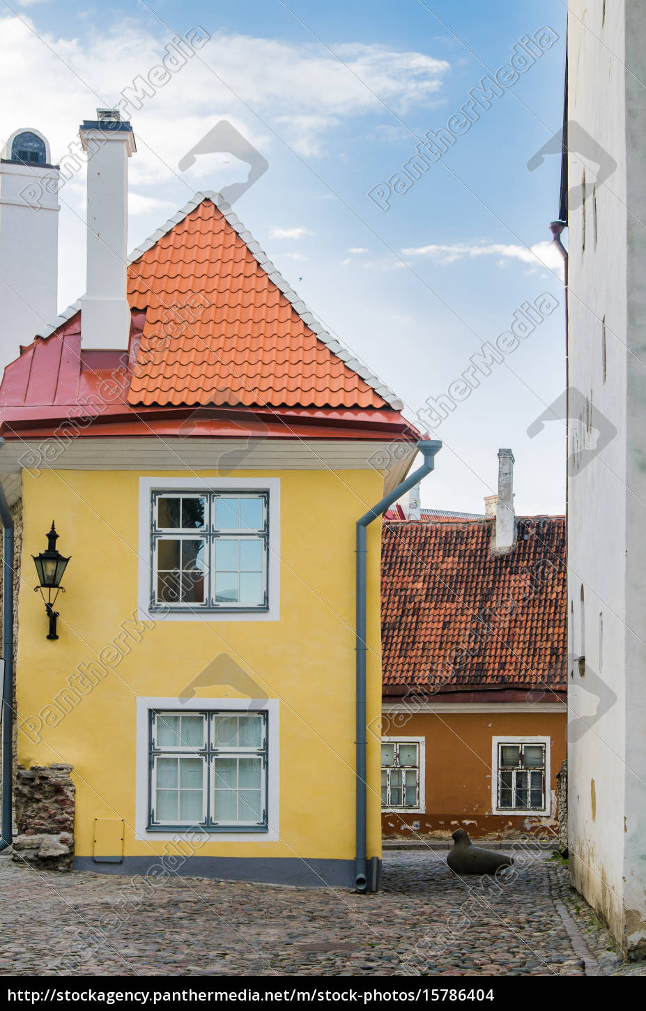 narrow, street, in, the, old, town - 15786404