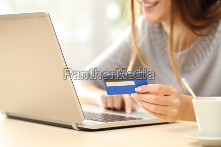 woman, buying, online, with, credit, card - 15801183