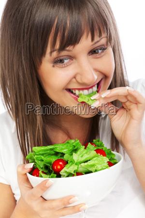 junge frau frischen salat isst