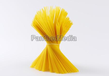 buendel ungekochter spaghetti