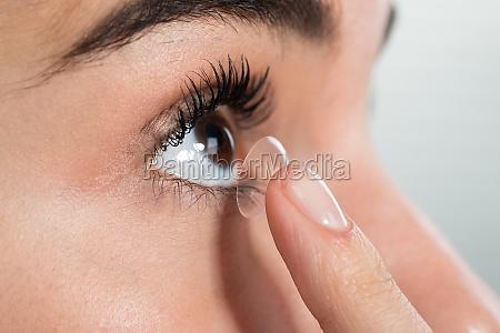 kvinde ifort kontaktlinse derhjemme