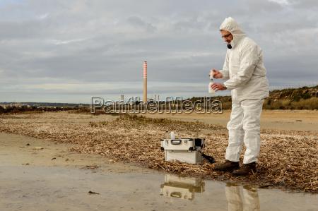 expert analyze the water