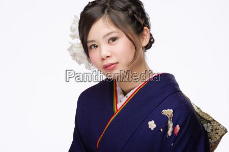 ung japansk pige i kimono