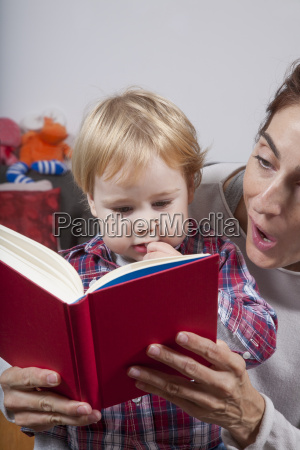 baby and mom reading red book