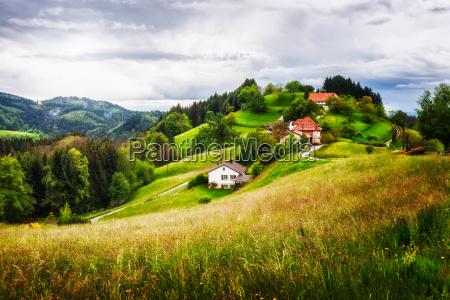 pueblo en una colina verde