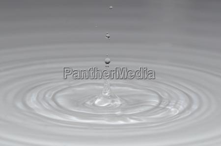 viele kleine tropfen im klaren wasser