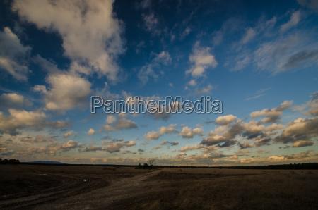 landschaft und viele kleine wolken
