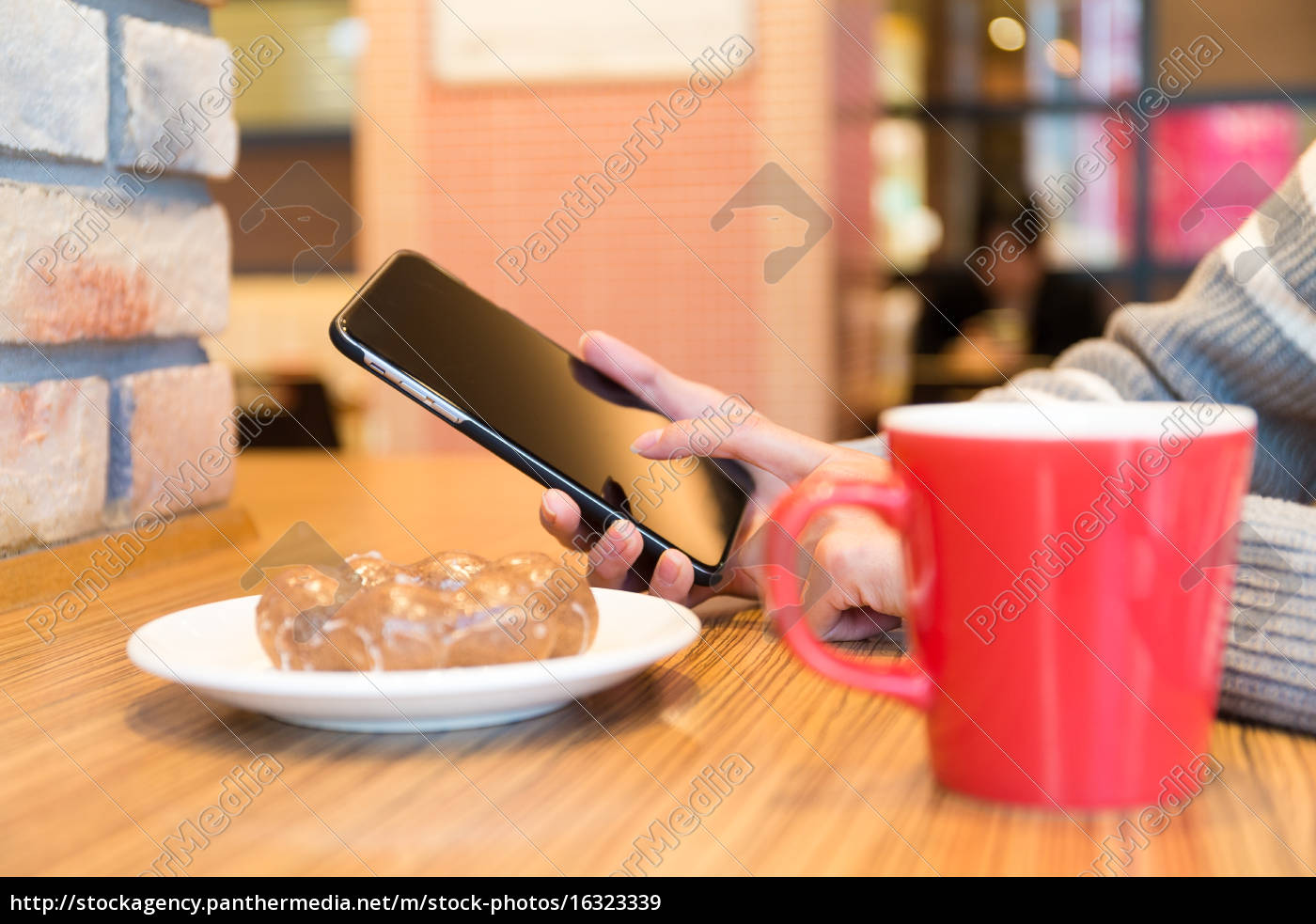 woman, use, of, the, smart, phone - 16323339