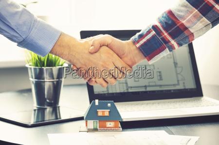 immobilienmakler haende mit kunden nach deal