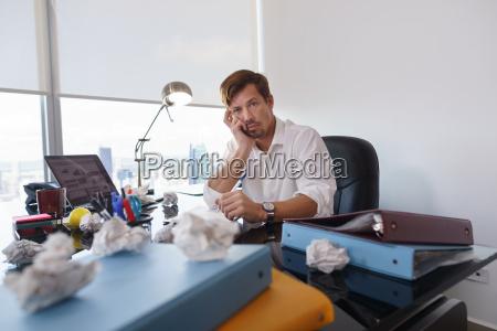 portrait sad geschaeftsmann versucht papier brief