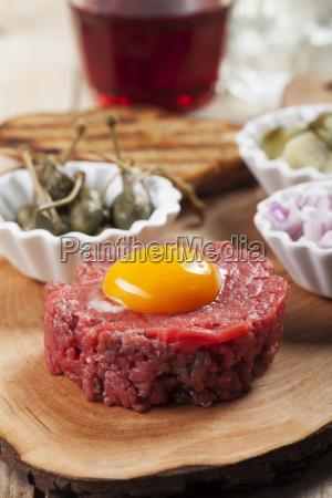 steak tartar mit einem ei