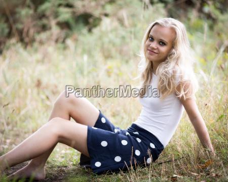 schoene blonde teenage maedchen ausserhalb im