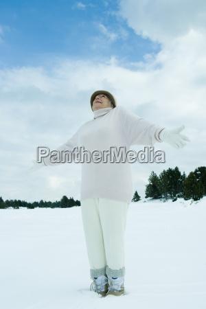 mulher senior que esta na nevebracosolhando