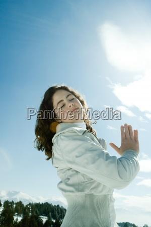 menina adolescente que esta na paisagem
