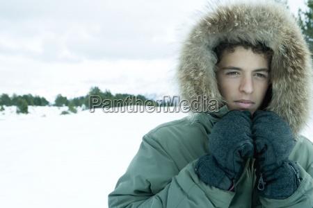 adolescente que desgasta o casaco menino