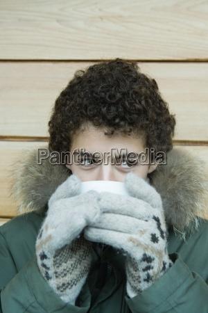 menino adolescente na roupa do inverno