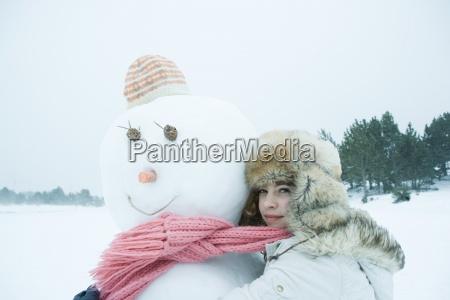 menina adolescente partilha lenco com boneco