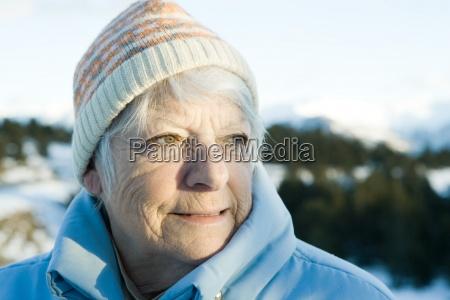mulher senior em paisagem nevadacabeca e