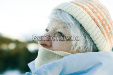 mulher senior com chapeu e lenco