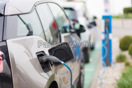 coche electrico en la estacion de