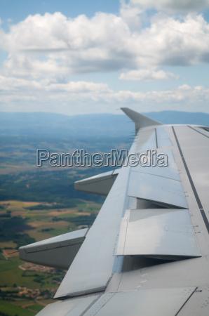 fluegel des flugzeugs gehen zu landen