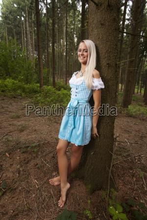 blonde frau in einem bayerischen dirndl