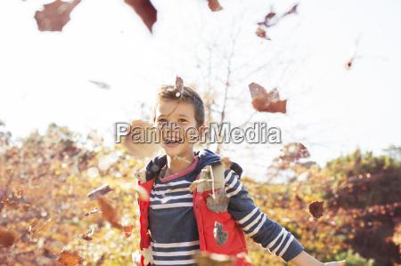retrato de ninyo de lanzar hojas