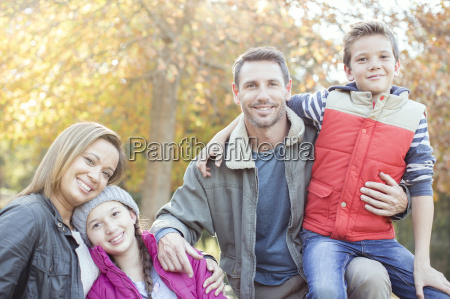 retrato sonriente de la familia delante