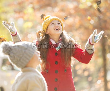 muchacha que lanza las hojas de
